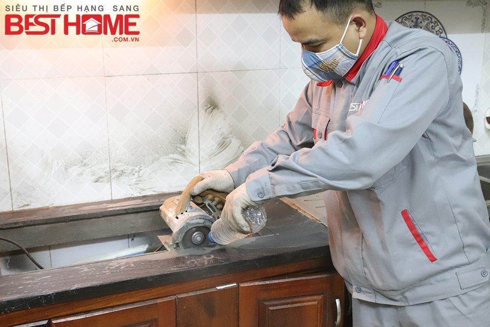 Bàn đá cũ nhà Cô Hải được kỹ thuật cắt sửa cho phù hợp với chiếc bếp tư mới.