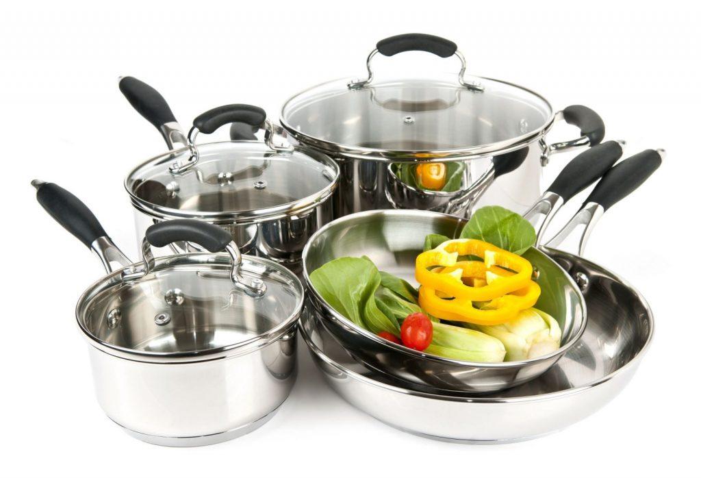 Khi mới mua xoong nồi cho bếp từ về nên rửa lại thật sạch sau đó đổ nước vào nồi đun sôi, có thể dùng một ít nước chanh hoặc giấm đun sôi với nước