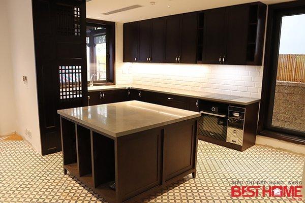 Tủ bếp gỗ tự nhiên – Hoàn thiện thiết bị công trình nhà chị Chi – Vinhome Long Biên thumbnail