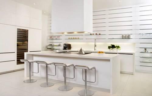 Đây là một gian bếp màu trắng có kiểu dáng đẹp và hiện đại được nhấn nhá bằng các đường kẻ ngang theo suốt vách tường. Điều này giúp không gian đơn sắc trở nên thú vị.