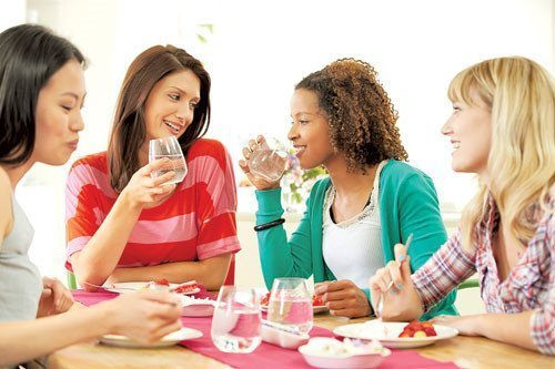 Uống nước trong khi đang ăn ảnh hưởng xấu đến quá trình tiêu hóa