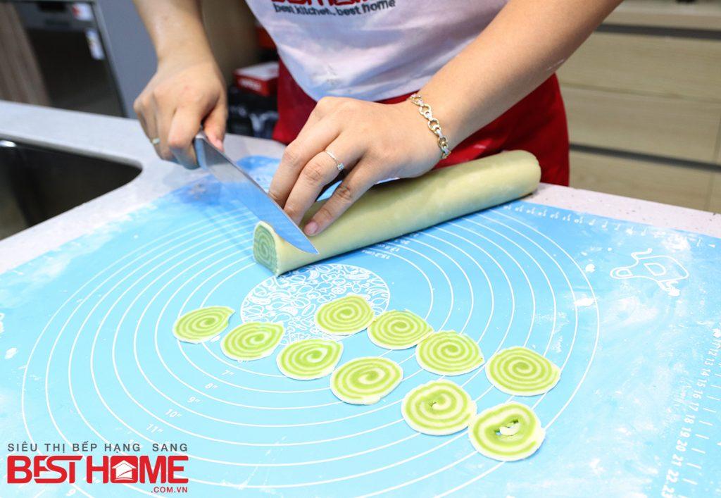 Cho từng phần bột đã cuộn lên một chiếc đĩa khô và cho vào tủ lạnh để trong khoảng 2 tiếng cho bột cứng lại thì lấy cuộn bột ra thái thành những lát mỏng, vừa ăn.